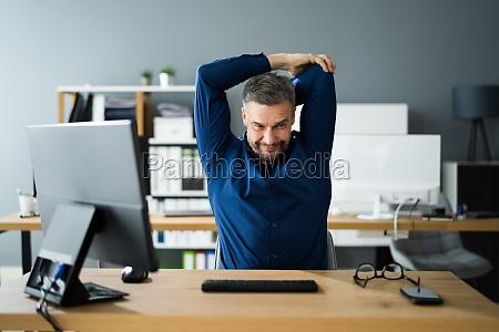 stretch UEbung am office desk bei