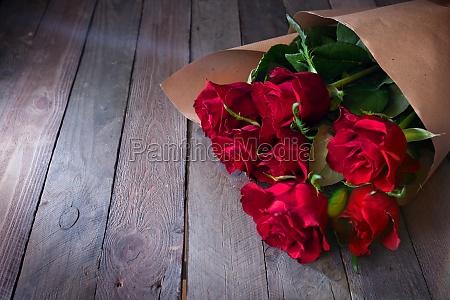 buendel von roten rosen auf vintage