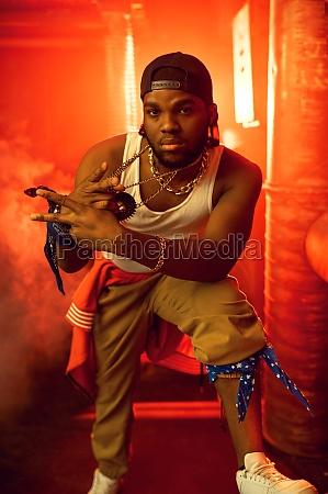 stylischer rapper zeigt seinen goldschmuck im