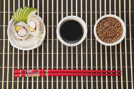 hochwinkelansicht von sushi mit sesamsamen und