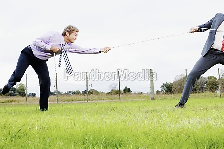 geschaeftskollegen spielen tauziehen