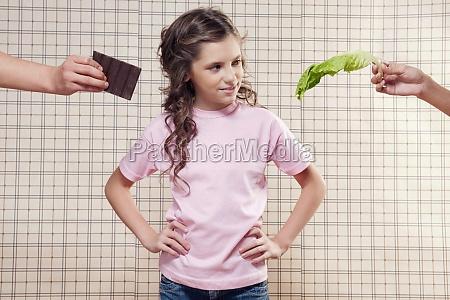 maedchen bei der wahl zwischen schokolade