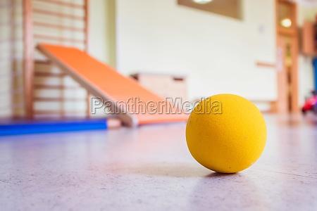spielzeugschaumball in turnhalle einer vorschule