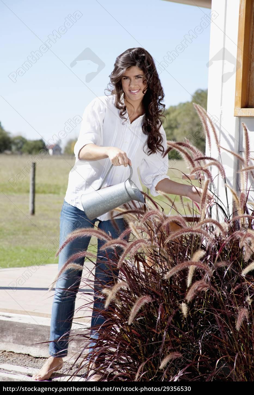 woman, watering, plants - 29356530