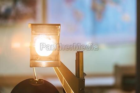 schulkonzept retro overhead projektor im klassenzimmer