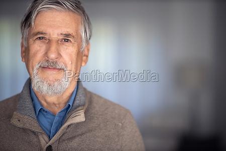 portraet des gluecklichen seniors laechelnd zu