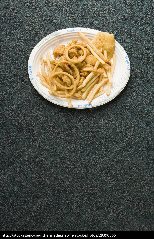 hochwinkelansicht, eines, tellers, mit, snacks, auf - 29390865