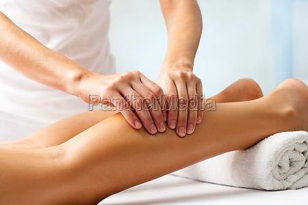 detail der haende massieren menschlichen wadenmuskel