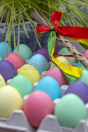 ostern stillleben mit farbigen eiern