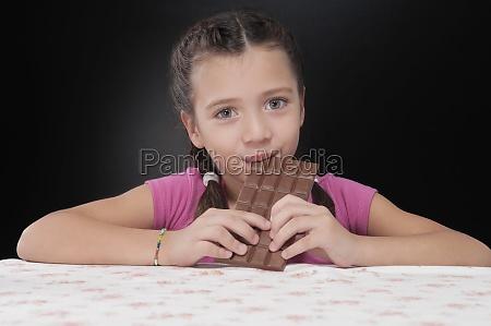 portraet eines maedchens das eine tafel