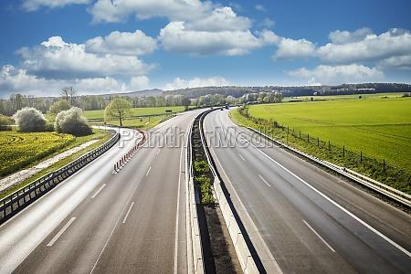 geringer autoverkehr auf der autobahn
