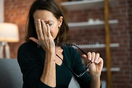 muede erschoepfte augenschmerzen und schmerzen problem
