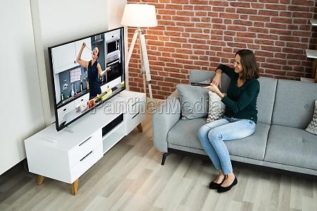 fernsehen film sitzen auf sofa