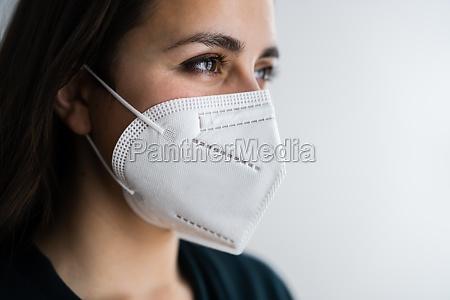 rezeptionistin frau in medical ffp2 gesichtsmaske