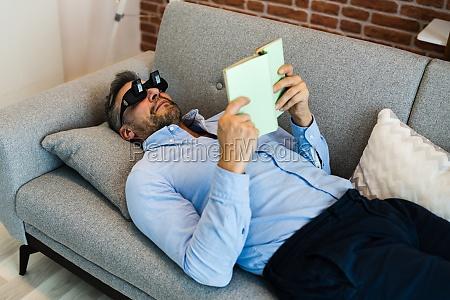 mann mit faulen lesen prisma glaeser