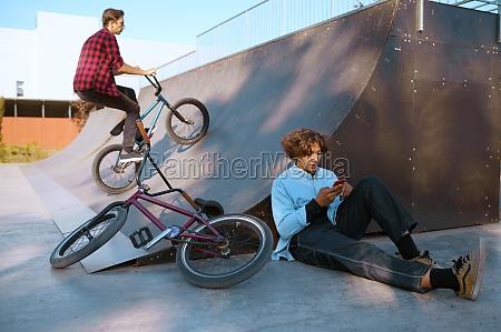 bmx fahrer lebensstil training im skatepark