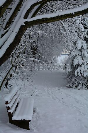 eine bank mit viel schnee in