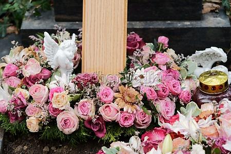 trauerkranz mit rosen und einem engel