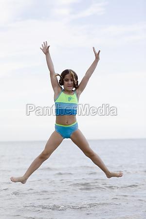 portraet eines maedchens das am strand
