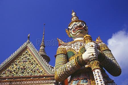 flachwinkelansicht einer daemonenstatue vor einem tempel