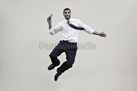 portraet eines geschaeftsmannes der ein mobiltelefon