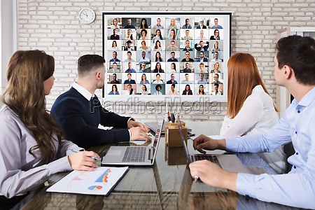 kollege der videokonferenzen im buero macht