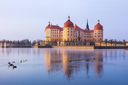 moritzburg nach sonnenaufgang im winter deutschland