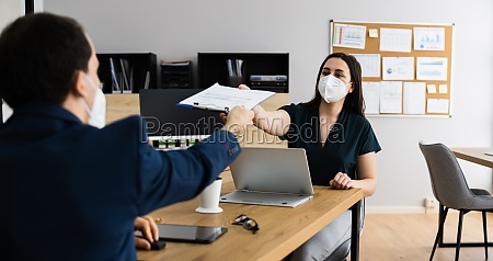 business job interview tragen gesichtsmaske