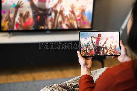 streaming von tv film mit tablet