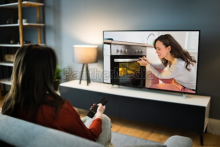 frau schaut tv film