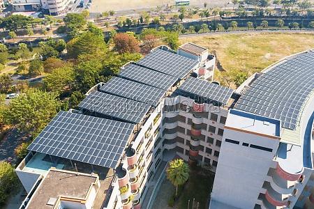 luftaufnahme von sonnenkollektoren auf dem dach