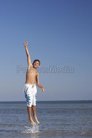 teenage junge springen ins meer