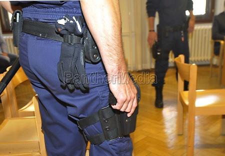 dienstwaffe der ordnungshueter im gerichtssaal