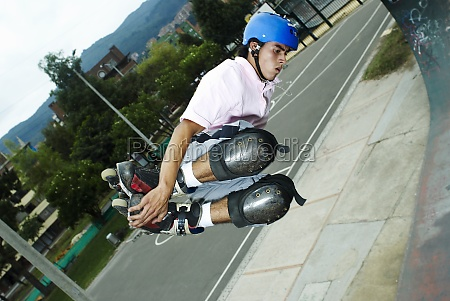 inline skater springen in midair