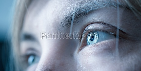 nahaufnahme von weiblichen natuerlichen blauen augen