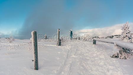 menschen wandern durch eine winterlandschaft bei