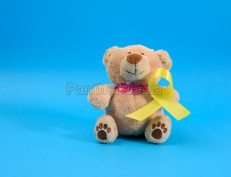 brauner teddybaer haelt in seiner pfote