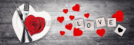valentinstag herzfoermiges ess oder gesundheitsernaehrungskonzept