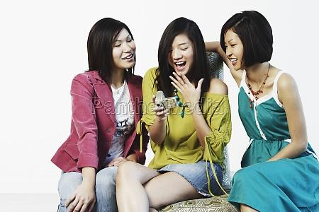 drei junge frauen die auf eine