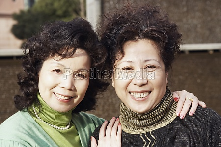 portraet zweier reifer frauen laechelnd