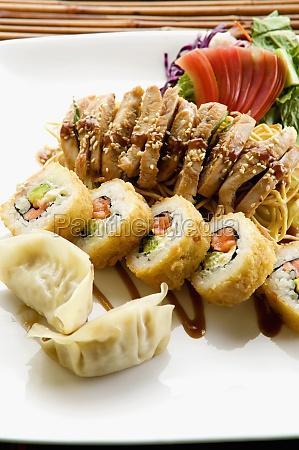 nahaufnahme von sushi mit chinesischen knoedeln