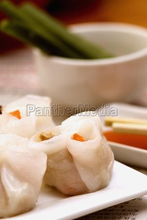 nahaufnahme von sushi rollen in einem