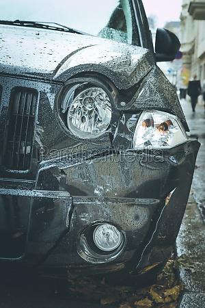 beschaedigtes auto unfall verformung der vorderseite