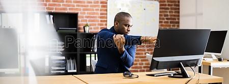 afroamerikanischer mann macht stretch UEbung im