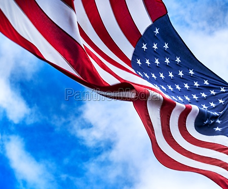 amerikanische flagge weht im wind gegen