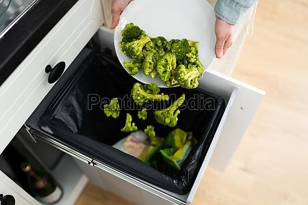 wegwerfen von essenim papierkorb