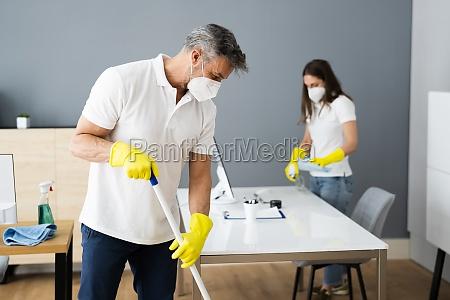 reinigungsservice janitorreiniger mit mop