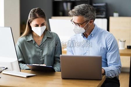 geschaeftsleute social distancing tragen gesichtsmaske
