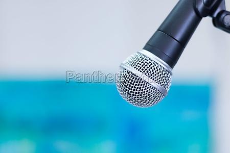 interviewsituation schwarzes mikrofon auf stativ verschwommener