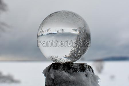 schneebedeckte landschaft spiegelt sich in einer